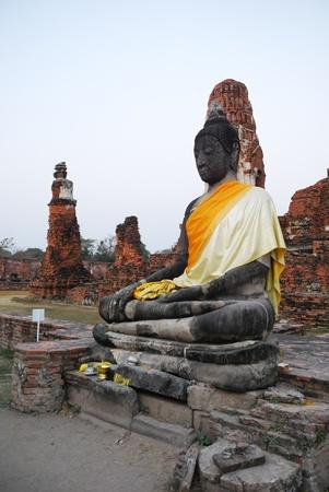 extant: Escultura de Buda se conserva en el antiguo Ratchaburana Wat. Este templo tailand�s est� en ruinas y restaurado.