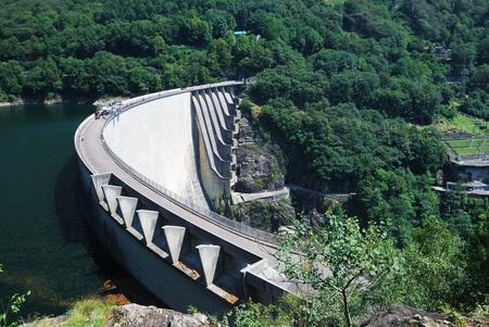 bungee jumping: La presa de Contra es una presa de hormig�n del arco delgado en los Alpes suizos. Es compatible con una estaci�n de 105 MW de potencia. La presa crea un dep�sito de agua del Lago di Vogorno. Se convirti� en un lugar puenting popular. Editorial