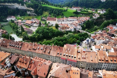 Fribourg is located on both sides of the river Sarine on the Swiss plateau  Its old city sits on a small rocky hill above the valley of the Sarine  The hill is flanked by steep wooded slopes  Stok Fotoğraf