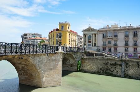 ムルシア、セグラ川、ビエホ橋にある南東部スペインの主要都市は町の最も古い石の橋
