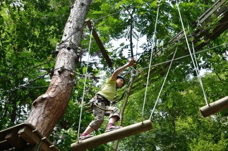 Preteen Mädchen am Trapez bar Klettern am Seil parkour bis Standard-Bild - 16762725