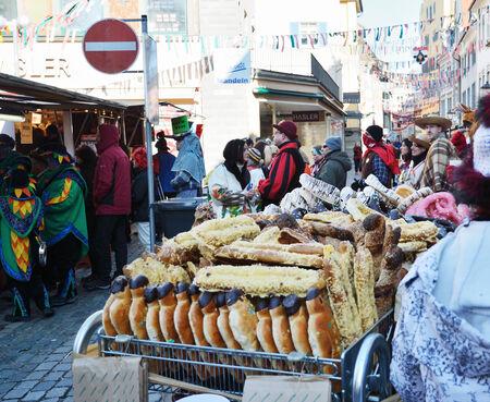 Les participants et les spectateurs sont dans la place du marché à la fête foraine traditionnelle Fasching.