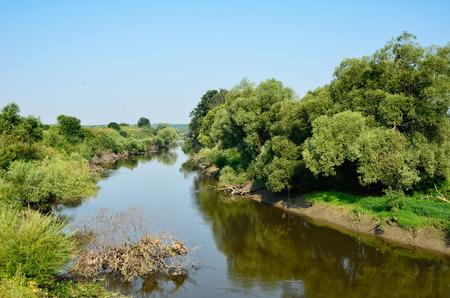 пышной листвой: Пышная листва заросших берегах отразить в воде извилистая река Западный Буг.