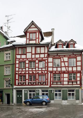 st  gallen: Fachwerk en la parte antigua de la ciudad suiza de San Gall o casa St.Gall.Timberframe es fotografiado desde abajo, con disminuci�n de la perspectiva.