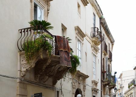 grecas: Casas antiguas con balcones y calado en la ciudad vieja.