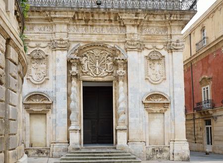 grecas: Todo el Syracuse Hay edificios antiguos con calados en la hermosa plaza de la Catedral barroca. Foto de archivo