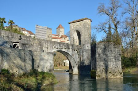 extant: Le pont de la Legende es un monumento medieval sobre el r�o Gave d