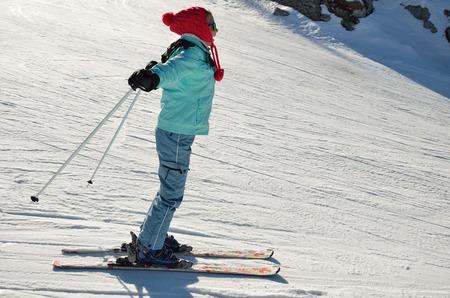 skipiste: Ein gl�cklich Skifahrer-M�dchen ist auf der Skipiste Abrutschen.