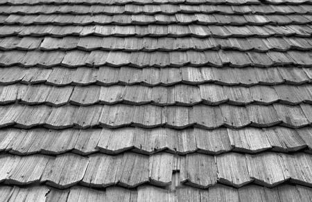 tejas: Las tejas de techo son un techo formado por elementos superpuestos individuales. Foto de archivo