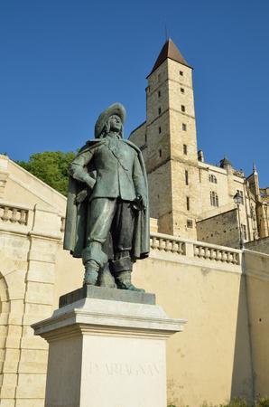mosquetero: Auch es conocida por su torre de Armagnac una prisión del siglo 14 y la estatua de Charles de Batz famoso mosquetero D'Artagnan.