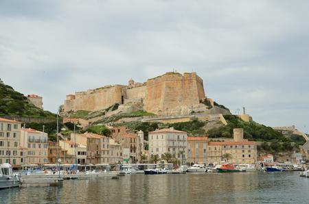 literas: Hay muchos diversos buques en el puerto, edificios residenciales en la estrecha plataforma en la parte inferior de Bonifacio y la fortaleza medieval en el acantilado desde arriba.