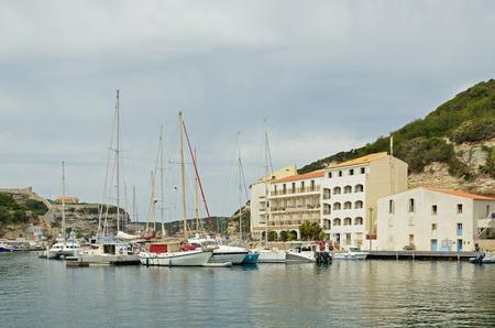 literas: Hay muchos diversos buques en el puerto y los hoteles en la estrecha plataforma en la parte inferior de Bonifacio.
