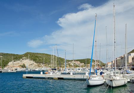 literas: Hay una gran cantidad de yates y barcos en los muelles de la ciudad de Bonifacio.