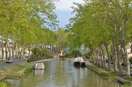 The Canal de Jonction runs through the French town Salleles dAude. This is a part of the La Nouvelle branch of the Canal du Midi. Imagens