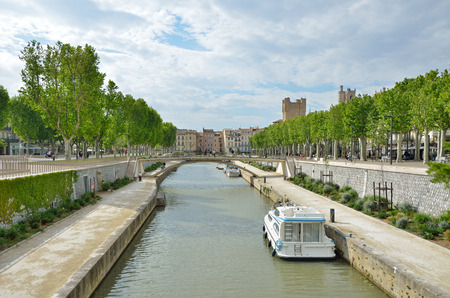 Ancient canal de la Robine runs through the center of the French city Narbonne. It is the third section of the La Nouvelle branch. Banco de Imagens - 78338467