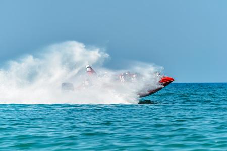 Racing auf der Oberfläche des Schwarzen Meeres Boot