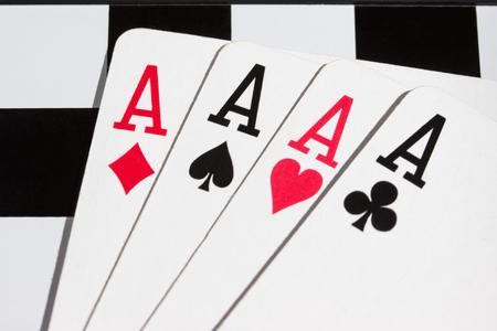 Vier Asse auf einem Schachbrett eine starke Kombination von Spielkarten Standard-Bild - 92741028