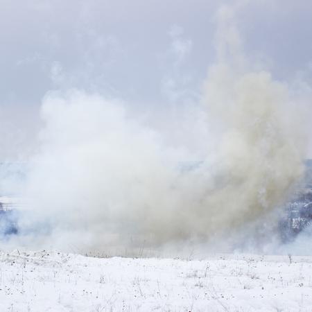 폭발적인 쉘 전쟁 개념의 설원 결과에 두꺼운 연기