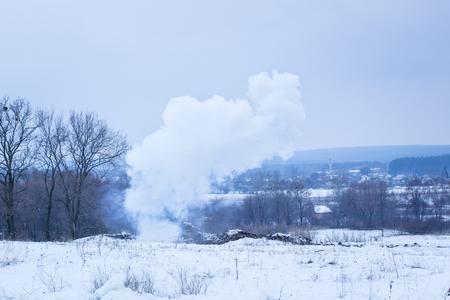 전쟁의 폭발 개념 후 필드 위에 두꺼운 연기