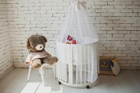 Duur elegant bed voor pasgeboren baby. Luxe decoraties van appartementen. Stockfoto