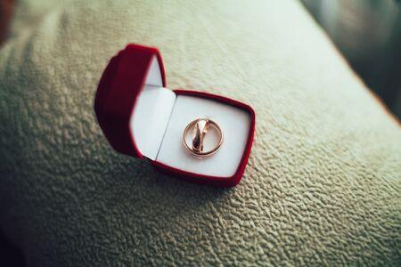 anillos de boda de lujo con la decoración con estilo cerca de ellos.
