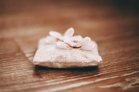 anillos boda: anillos de boda de lujo con la decoraci�n con estilo cerca de ellos. Foto de archivo