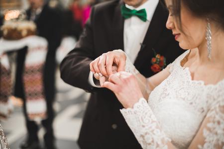 웨딩 커플 신부와 신랑 교회에서 결혼.