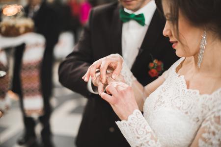 新郎新婦結婚式カップルは教会で結婚します。 写真素材