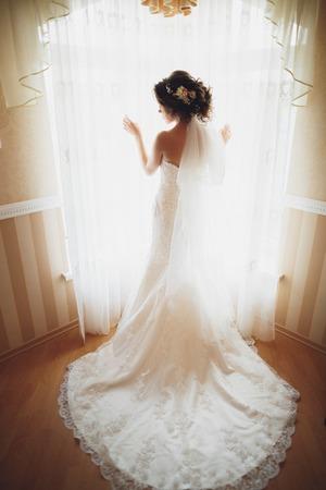 Portrait der schönen Braut mit Mode Schleier und Kleid am Hochzeitsmorgen.