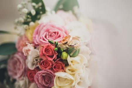 반지와 함께 다양 한 꽃의 꽤 좋은 결혼식 꽃다발.