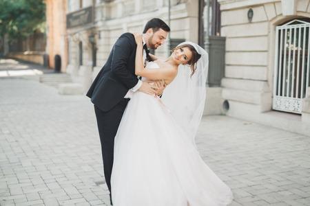Romantisch paar die en op hun huwelijk dansen kussen