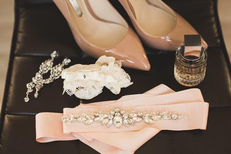 女性のための美しい結婚式の靴の白い花嫁。