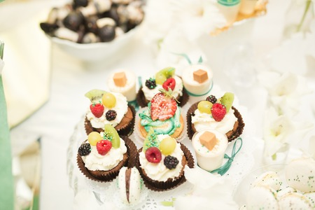 Delicious and tasty dessert table with cupcakes and shots at reception closeup. Imagens - 83370884