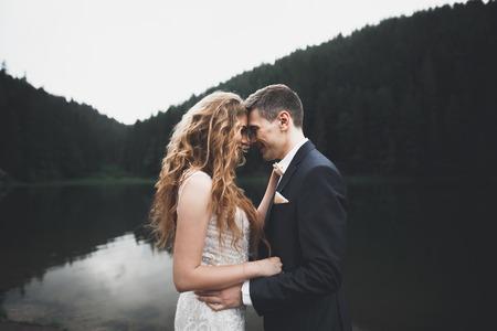 結婚式の日に完璧なカップルの花嫁、新郎のポーズとキス
