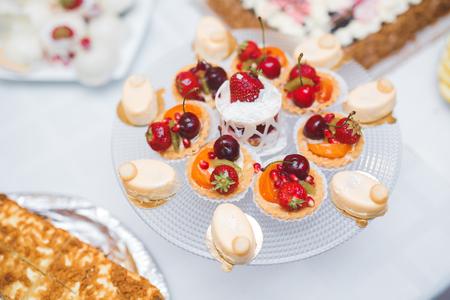 Delicious wedding reception candy bar dessert table. Standard-Bild