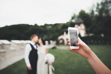 Jong huwelijkspaar die een selfie van zich nemen