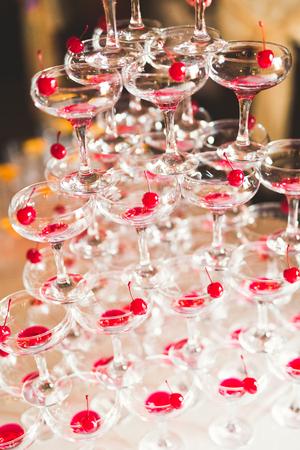 Ober serveert glazen met champagne op een dienblad