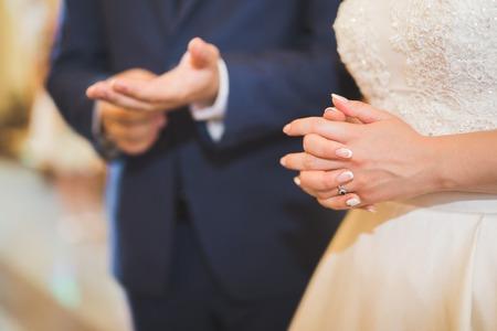 結婚式のカップルのバイドと新郎は教会で結婚します