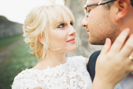 Kissing wedding couple in spring nature close-up portrait Imagens - 92805573