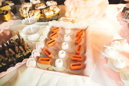 Verschillende soorten gebakken snoepjes op een buffet Stockfoto
