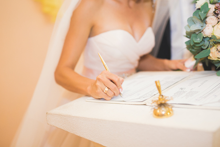 Wedding couple bride and groom leaving their signatures Imagens