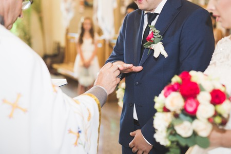 Bride and groom exchanging wedding rings. Stylish couple official ceremony Foto de archivo