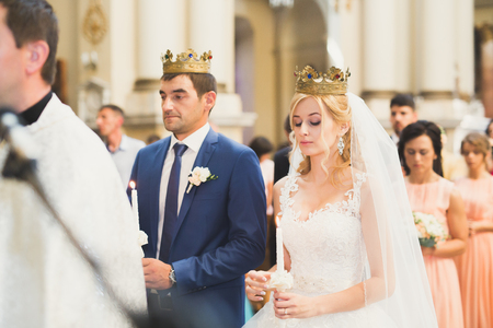 結婚式のカップルのビデと花婿は教会で結婚します