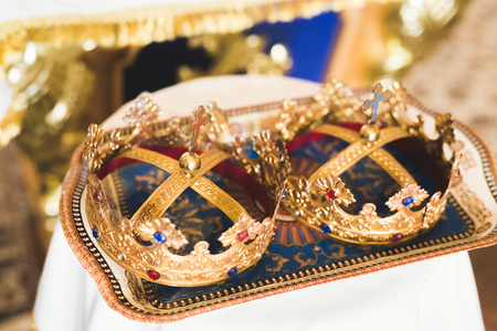 Golden crowns lying on the table in church 版權商用圖片