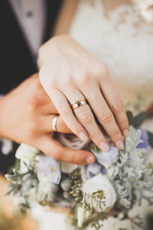 Newly wed couples hands with wedding rings Stockfoto