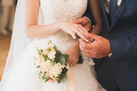 Mariée et marié échangeant des anneaux de mariage. Cérémonie officielle de couple élégant Banque d'images