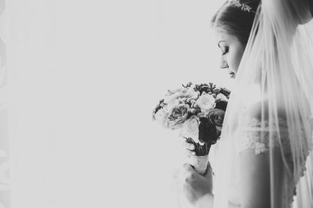 Luxusbraut im weißen aufwerfenden Kleid beim Vorbereiten für die Hochzeitszeremonie Standard-Bild
