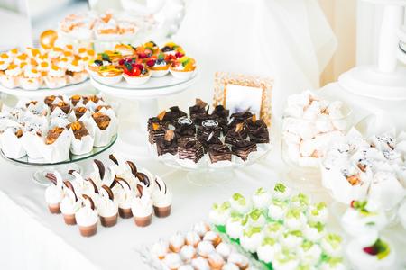 Delicious wedding reception candy bar dessert table Stockfoto - 113496900