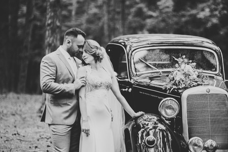 Perfect couple bride, groom posing and kissing in their wedding day Banque d'images - 118761307