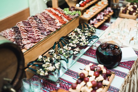 Delicious sweets on wedding candy buffet with desserts, cupcakes. Stockfoto